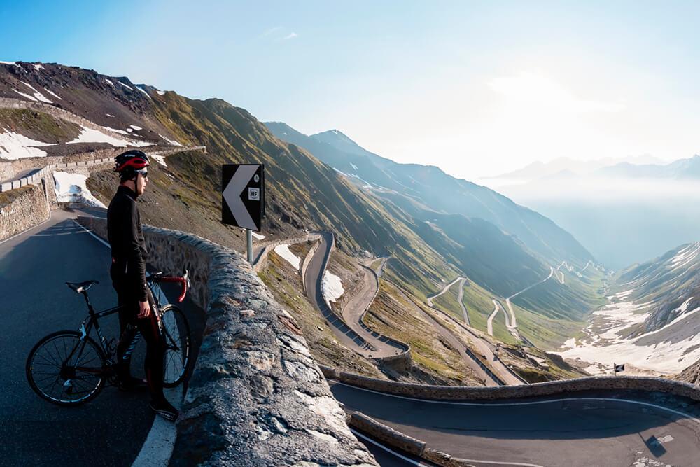 Ciclista in un giro mattutino sulle Alpi